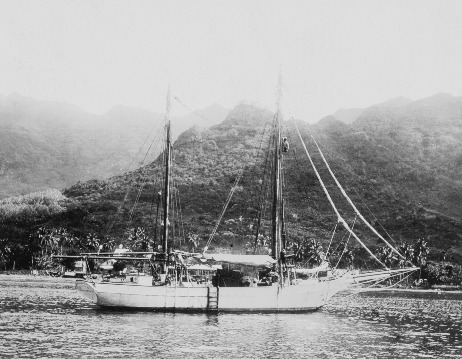 Le Snark dans la baie de Taiohae, Nuku Hiva, îles Marquises, 1907 © Courtesy of Jack London Papers, The Huntington Library, San Marino, California